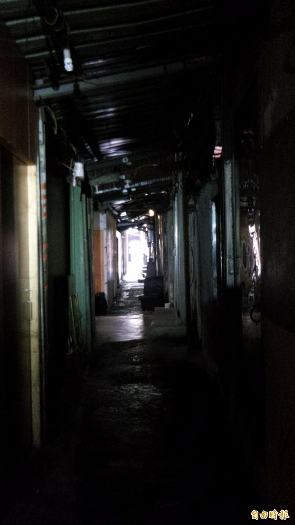 竹北警分局調查,目前湖口鄉勝利路和榮光路私娼寮共有77間房,房間狹窄、通道幽暗。(記者廖雪茹攝)