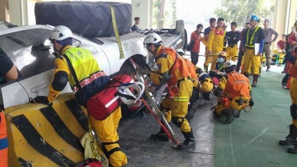 「台灣車禍救援挑戰賽」在屏東縣消防局舉辦,消防菁英模擬車禍救人搶得先機。(記者湯世名翻攝)