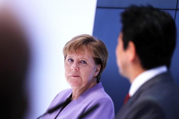 德國總理梅克爾週一表示,今年5月將舉行的G7將是個好機會,解決與美國之間有關自由貿易的歧見。圖為梅克爾與安倍於CeBIT展區。(彭博)