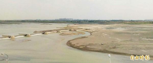 高屏溪流量持續下探至16.5cms。(記者陳文嬋攝)