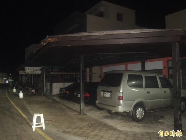 白沙鄉公所鄉產雨遮,深夜遭到公車擦撞。(記者劉禹慶攝)