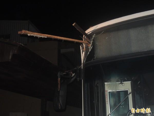公車前車窗還插著木條,所幸無人傷亡。(記者劉禹慶攝)