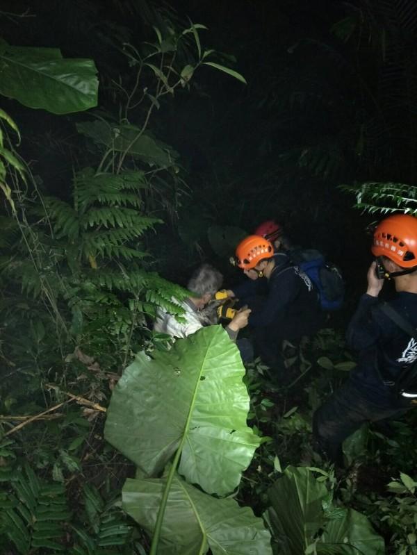 搜救人員在步道旁草叢尋獲張男。(記者余衡翻攝)