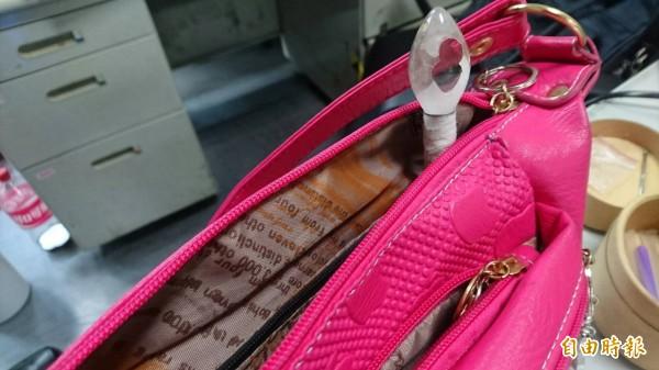警方發現,馬女吸食器突出包包外,因此將她逮捕。(記者王捷攝)