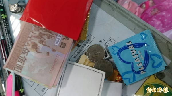 警方發現馬女身上僅有21元,剩下的都是假鈔。(記者王捷攝)