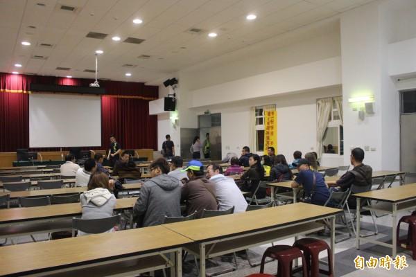 斗南警方昨天深夜破獲職業賭場,逮捕26名賭客。(記者黃淑莉攝)