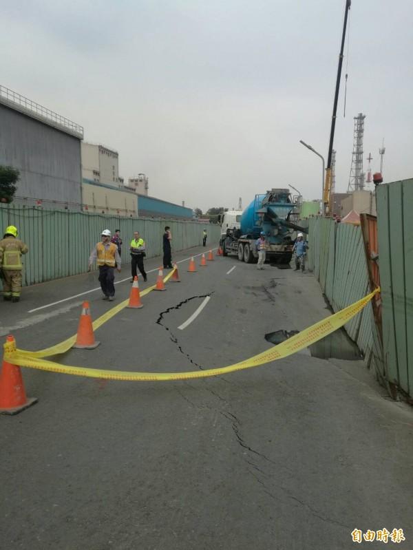 高市小港區中林路4度坍塌。(記者陳文嬋攝)
