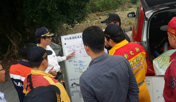 消防、救難人員研判老翁可能出沒的區域。(記者湯世名翻攝)