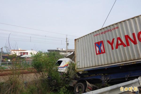 大貨車失控翻覆,險闖入鐵路軌道(記者蔡政珉攝)