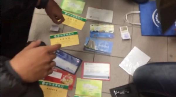 警方查扣的人頭帳戶存摺等證物。(記者張瑞楨翻攝)