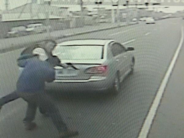 陳姓男子持道具槍毆打油罐車駕駛頭部。(記者林宜樟翻攝)