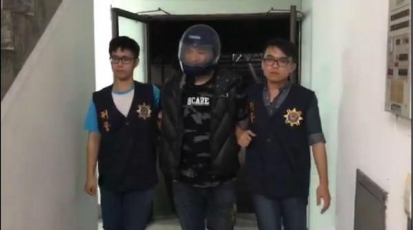 陳姓男子持道具槍毆打油罐車駕駛頭部,被警方逮捕。(記者林宜樟翻攝)