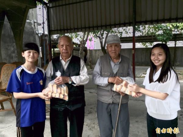 亞洲餐旅學校學生將檢定考前練習做出的麵包等食品送給社區獨居老人分享。(記者王俊忠攝)