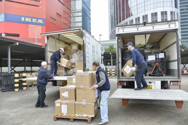 物資抵達九龍灣MTC回收物料轉運中心之後,接連幾天都有社區志工及民眾持續捐贈物資。(慈濟基金會提供)