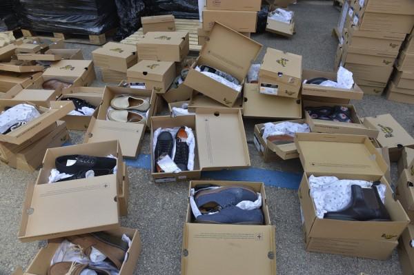 第一批物資種類較多,因此志工要將所有鞋盒拆開後,重新分類標註。(慈濟基金會提供)