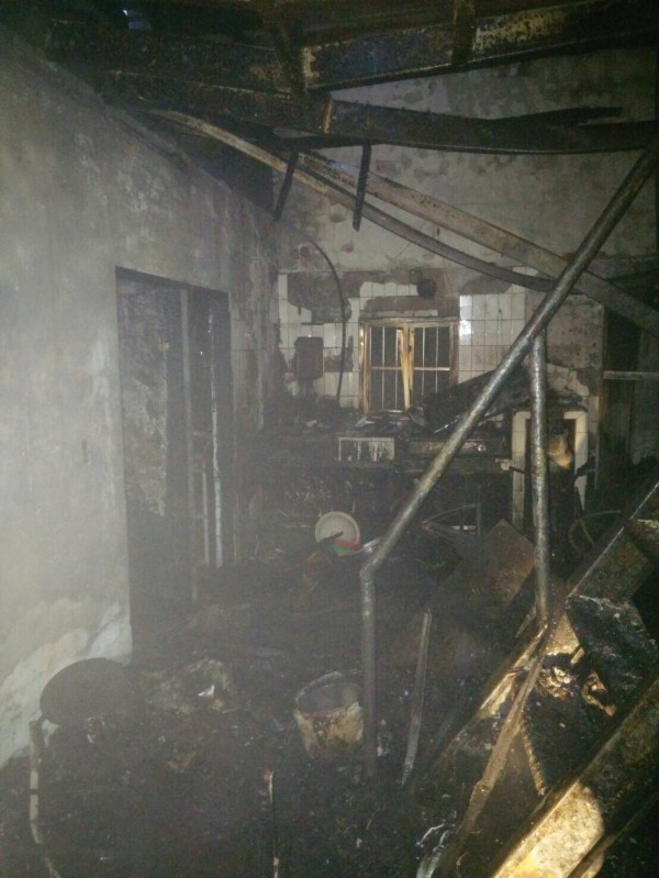 大溪住宅火警,消防人員救火也救出86歲被濃煙嗆昏的老屋主。(記者李容萍翻攝)