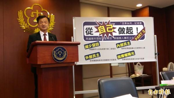 法務部長邱太三宣布,基層檢察官可票選推薦主任檢察官。(記者項程鎮攝)