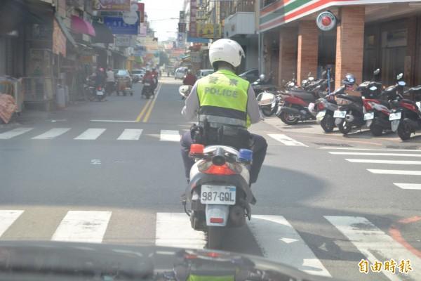 失蹤老翁今天出現在彰化市區,員警在市區搜尋老翁行蹤。(記者湯世名攝)