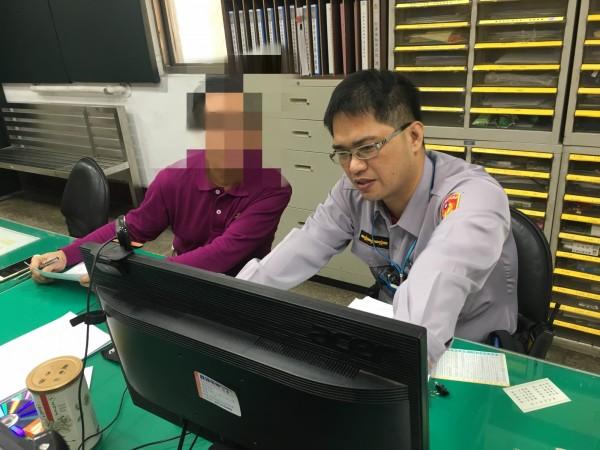 張姓男子(左)專程搭飛機到香港,要求當地銀行凍結詐騙帳戶。(記者洪定宏翻攝)