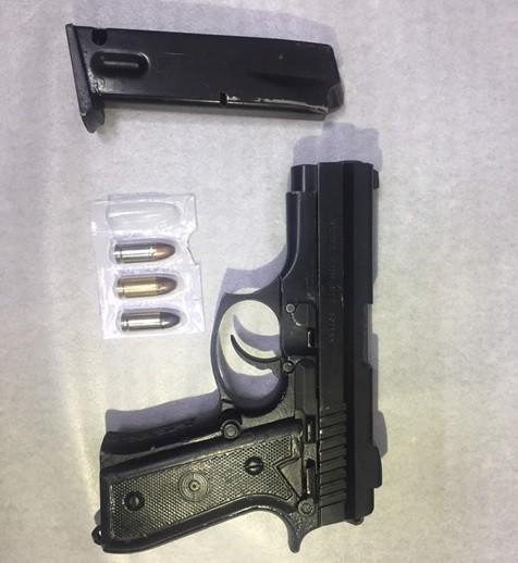 彰化縣和美警分局偵破槍擊案,起獲改造手槍1把與3發子彈。(記者劉曉欣翻攝)
