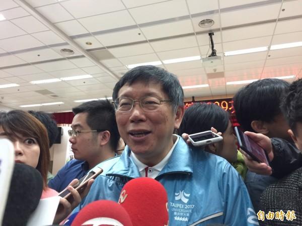 台北市長柯文哲今受訪時故作幽默表示,如果是自己被盤查,會問對方「我看起來像遊民還是匪諜?不然怎麼會檢查我」,柯指用幽默的態度這事情就解決掉了。(記者沈佩瑤攝)