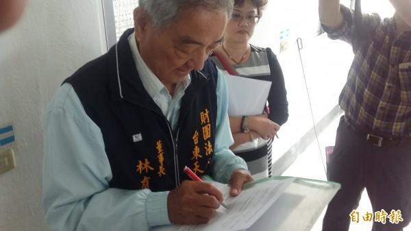 完成點交,財團法人台東天后宮董事長林有德簽署點交書。(記者陳賢義攝)