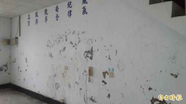 閒置多年的軍方建蓋廳舍,壁面都已斑駁。(記者陳賢義攝)