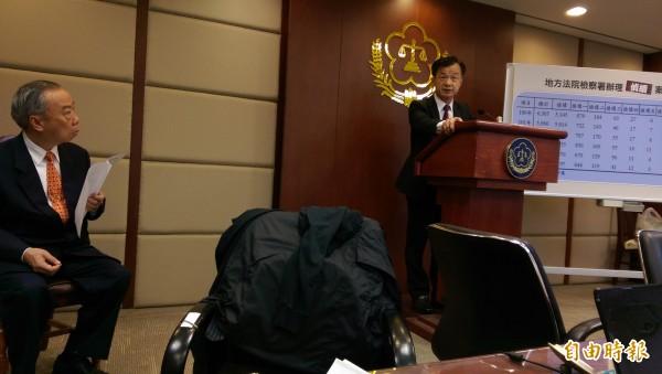 法務部長邱太三(右)宣布限制案件再議為2次,避免案件一再發回一審,左為高檢署檢察長王添盛。(記者項程鎮攝)