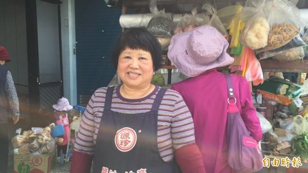 賣菜媽媽謝春枝辭去護士工作開車賣菜,為的是不想錯過孩子的成長。(記者黃美珠攝)