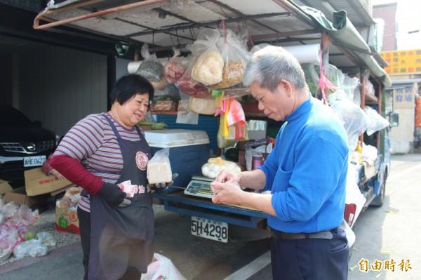 賣菜媽媽謝春枝(左)用自己種的蘿蔔所做的手工蘿蔔糕很搶手。(記者黃美珠攝)