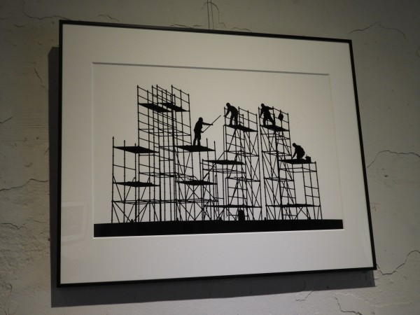 大港國小老師黃勝鳴「架上旋律」系列作品之一。構圖中,建築鷹架、鋼筋或鋼骨化為琴弦、五線譜,工人忙碌其上如同跳躍的音符。(記者洪瑞琴翻攝)