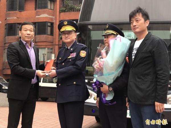 為了聲援警察,國民黨市議員鍾小平(左一)、李傅中武(右一)今早到台北市警局保安大隊獻花鼓勵,並嗆李永得別再發文討拍。(記者何世昌攝)