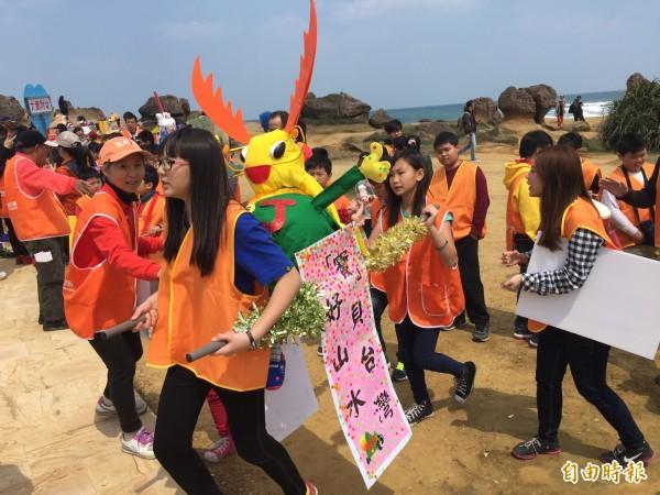 參與野柳地質公園舉辦野柳文化嘉年華-來弄輦活動的中小學生,自製的鍬形蟲神轎,Q版造型吸引眾人目光。(資料照,記者俞肇福攝)