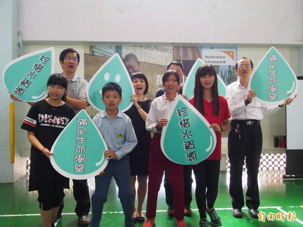 東海國小學童為展望會水資源行動發聲。(記者王秀亭攝)