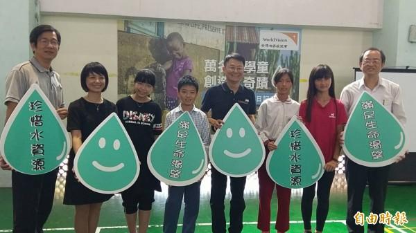 東海國小學生呼籲大家珍惜水資源。(記者王秀亭攝)
