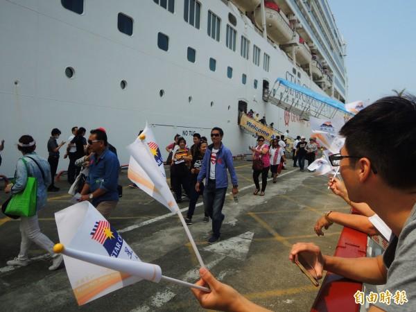 麗星郵輪處女星號(Star Cruise Virgo)搭載香港、菲律賓旅客,抵達高雄漁人碼頭。(記者黃旭磊攝)