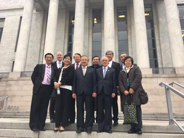北美洲台灣商會聯合總會會長彭良治等17位代表今天與美國共和黨愛達荷州黨主席葉望輝到國會山莊進行「扣門之旅」。(訪問團提供)