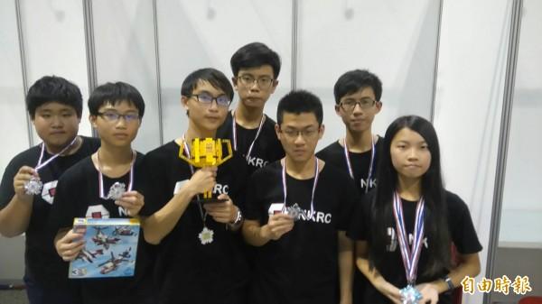 保護陸蟹生態,南光高中參加2016-2017FIRST機器人大賽台灣選拔賽,以「橫行無阻」勇奪「研究品質獎」第二名。(記者王涵平攝)