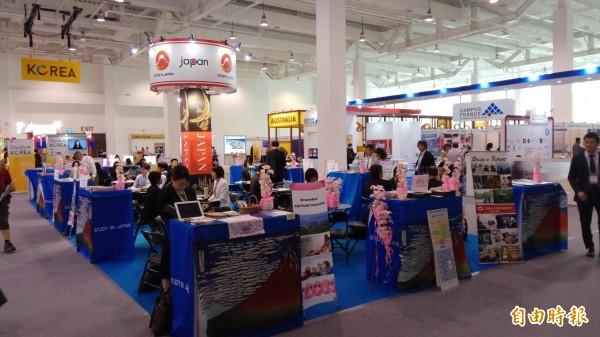 52國設置約240個展覽攤位,為國內教育界規模最大的國際盛會。(記者洪定宏攝)