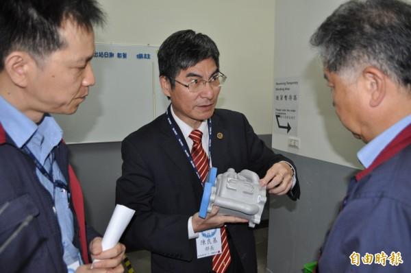 科技部長陳良基(中)參訪時碩科技。(記者周敏鴻攝)