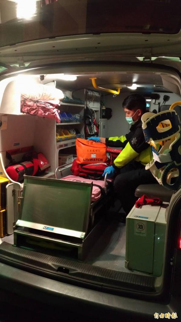 圖為消防救護員整理產包示意圖。(記者吳仁捷攝)