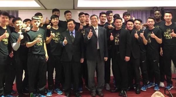 健行科大籃球隊UBA奪隊史首冠,桃園市長鄭文燦慰勉。(健行科大提供)
