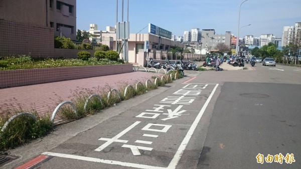 圖為案發地點的計程車專用停車格。(記者蔡彰盛攝)