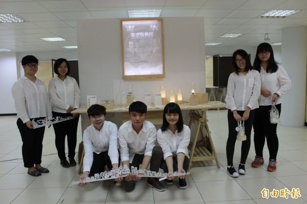 7名私立建國科技大學7名商業設計系大四生,動腦動手設計出「寄念販賣所」一系列紀念品。(記者張聰秋攝)