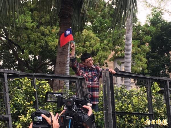 抗議民眾一度攀上行政院圍牆,大聲痛罵民進黨政府,引來群眾歡呼。(記者鄭鴻達攝)