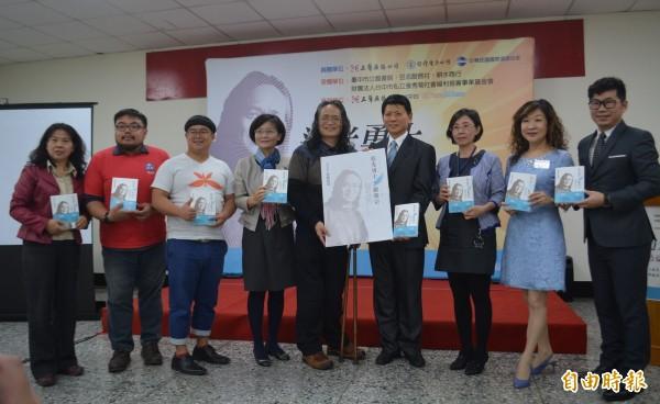 鎖匠畫家嚴榮宗(左5)自傳「追光勇士」感動許多人,今天舉行贈書儀式,希望不向命運低頭的態度影響更多青少年。(記者陳建志攝)