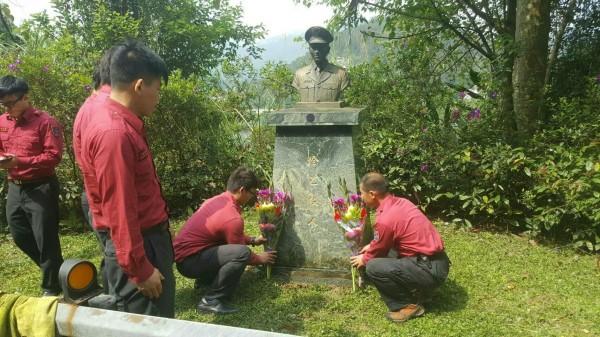 眾人前往已故小隊長李合豐銅像清理悼念。(記者陳薏云翻攝)