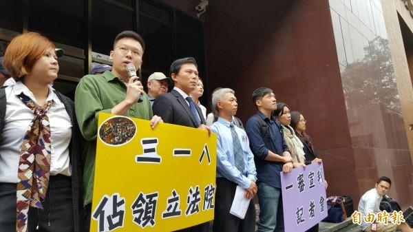 318獲判無罪,林飛帆(左2)呼籲政府推動兩岸監督條例。(記者溫于德攝)