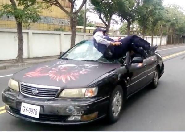 陳子強為求追緝過程逼真,直接跳上引擎蓋,肩膀撞上擋風玻璃。(記者陳冠備翻攝)
