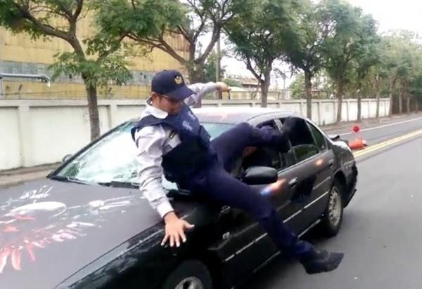 陳子強為求追緝過程逼真,直接跳上引擎蓋,差點撞傷。(記者陳冠備翻攝)